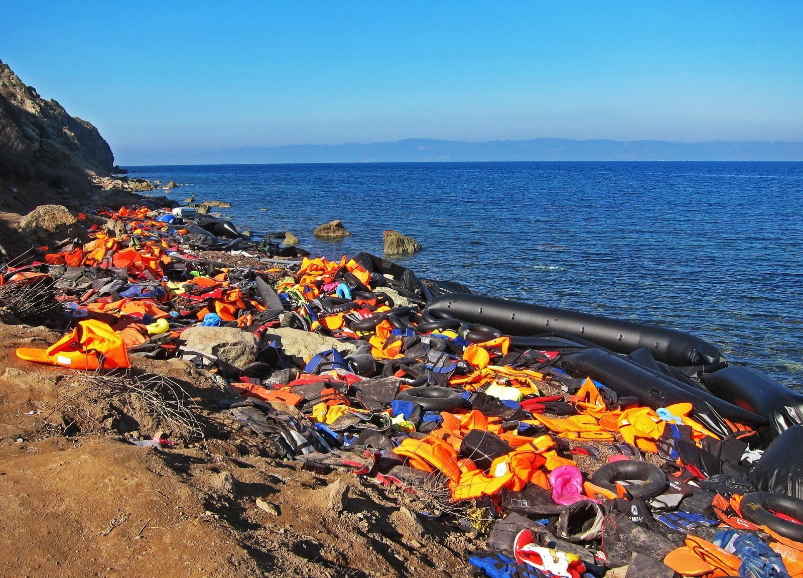 schwimmwesten strand fluechtlinge life jackets Jim Black pixabay