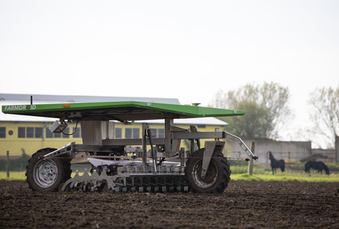 Biobauern ackern mit solarem Roboter