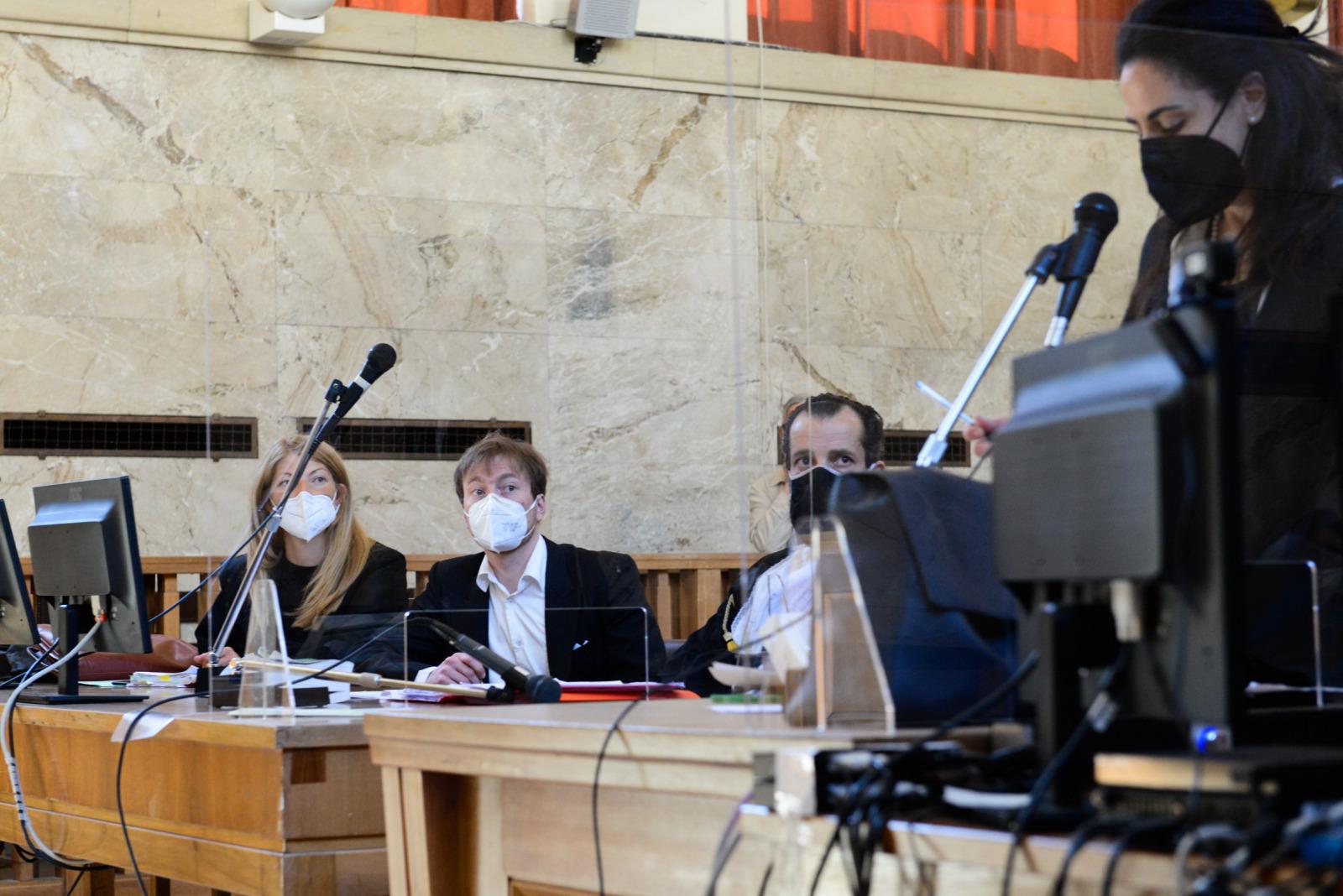 Karl Baer mit RechtsanwaeltInnen am 28.05.2021 vor Landesgericht Bozen Christoph Doerfler