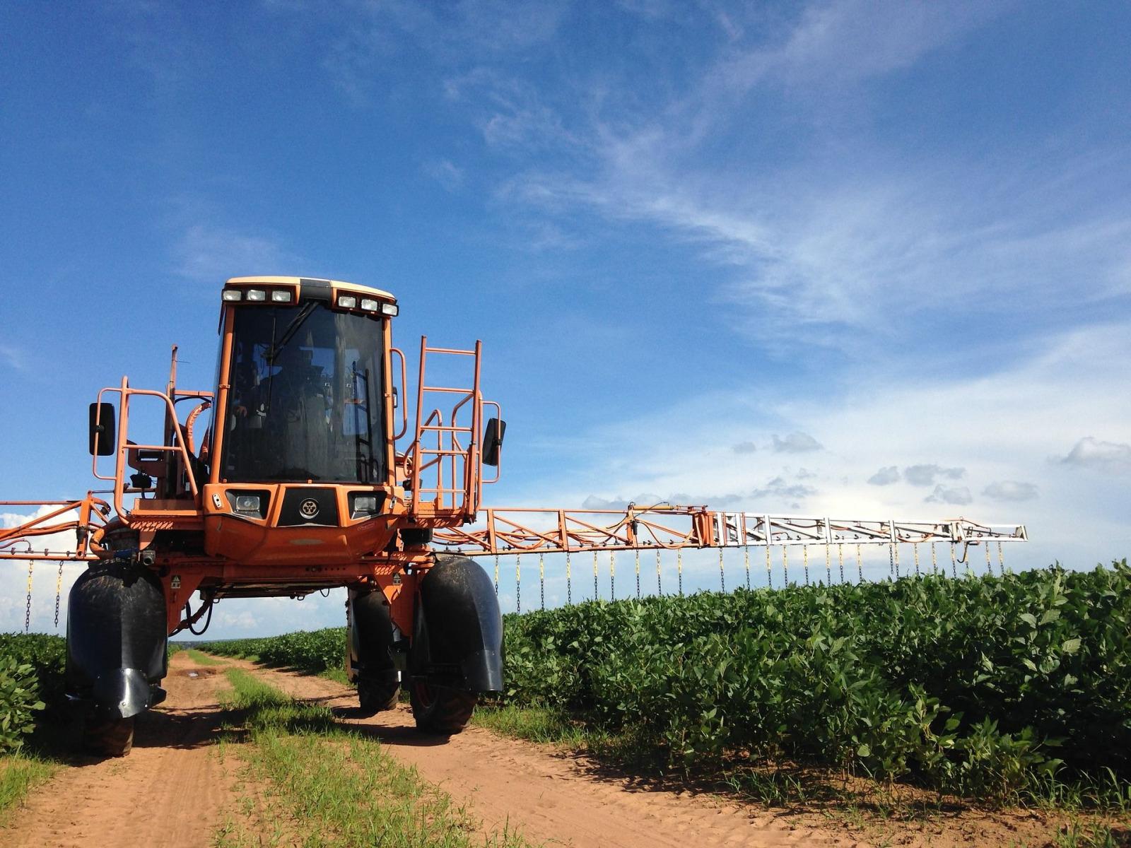 pestizid traktor poison emersonbegnini pixabay