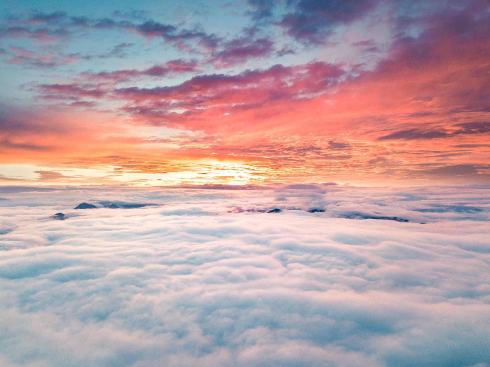 wolken cloud jerry zhang aQx1sz3cbpQ unsplash