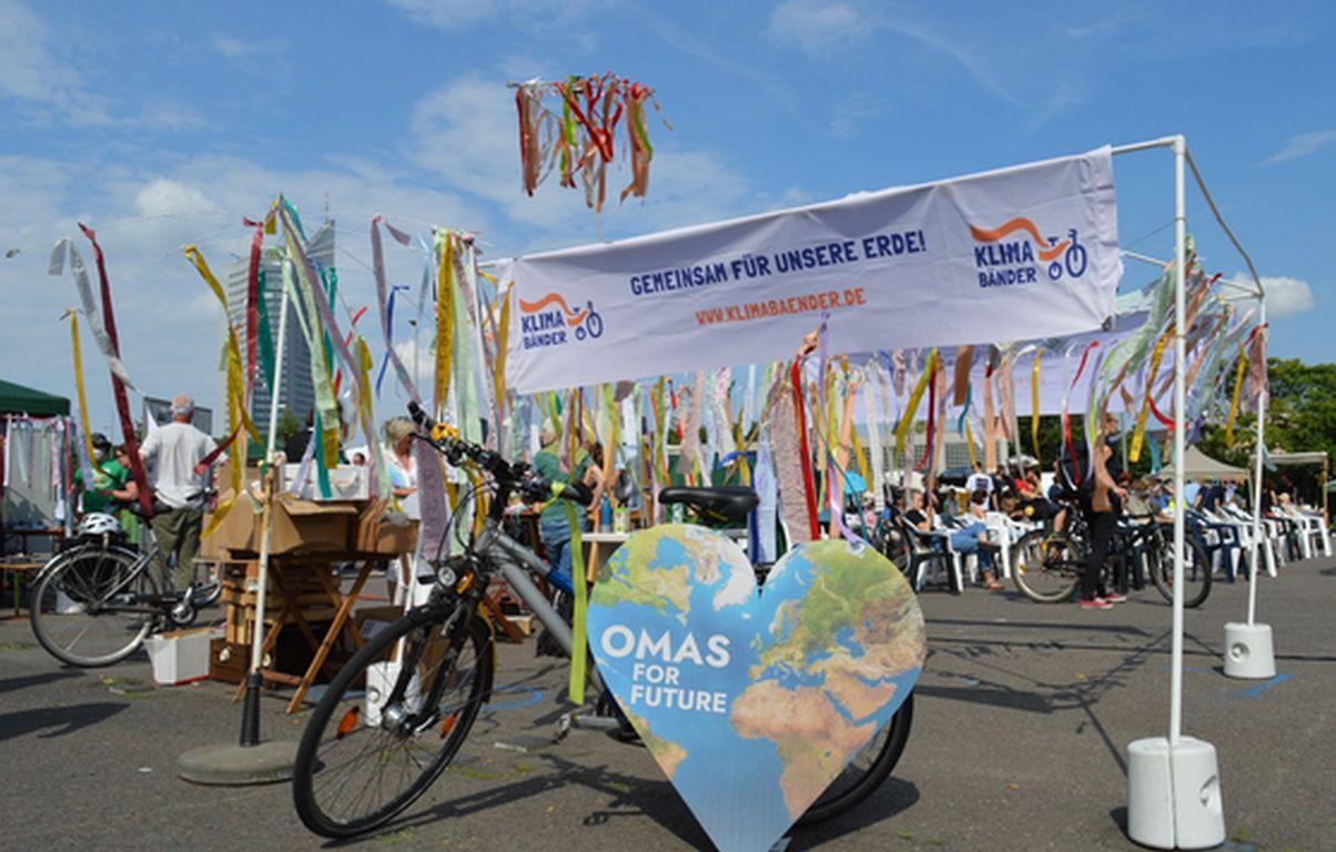Omas und Opas hängen Klimawünsche an Liebesbrücken auf