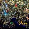 Menschenmenge und eine Person im Vordergrund Ausschnitt